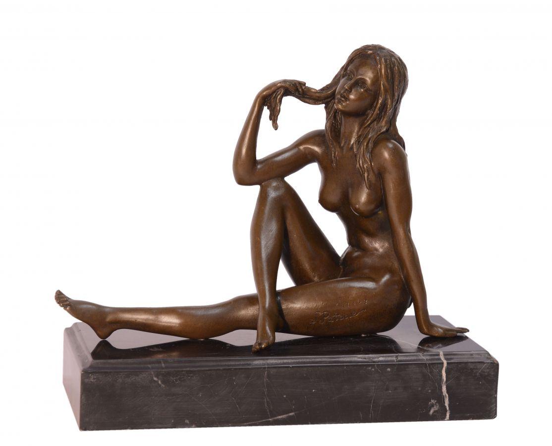 Bronzová socha nahé dívky