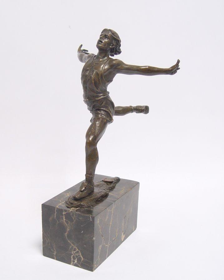 Socha gymnastky z bronzu
