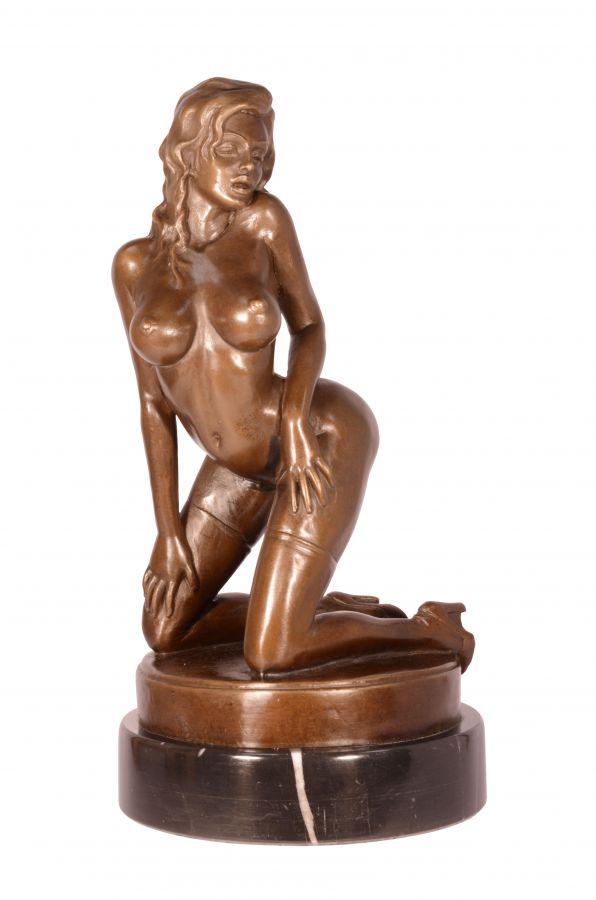 Bronzová socha sexy dívky v punčochách