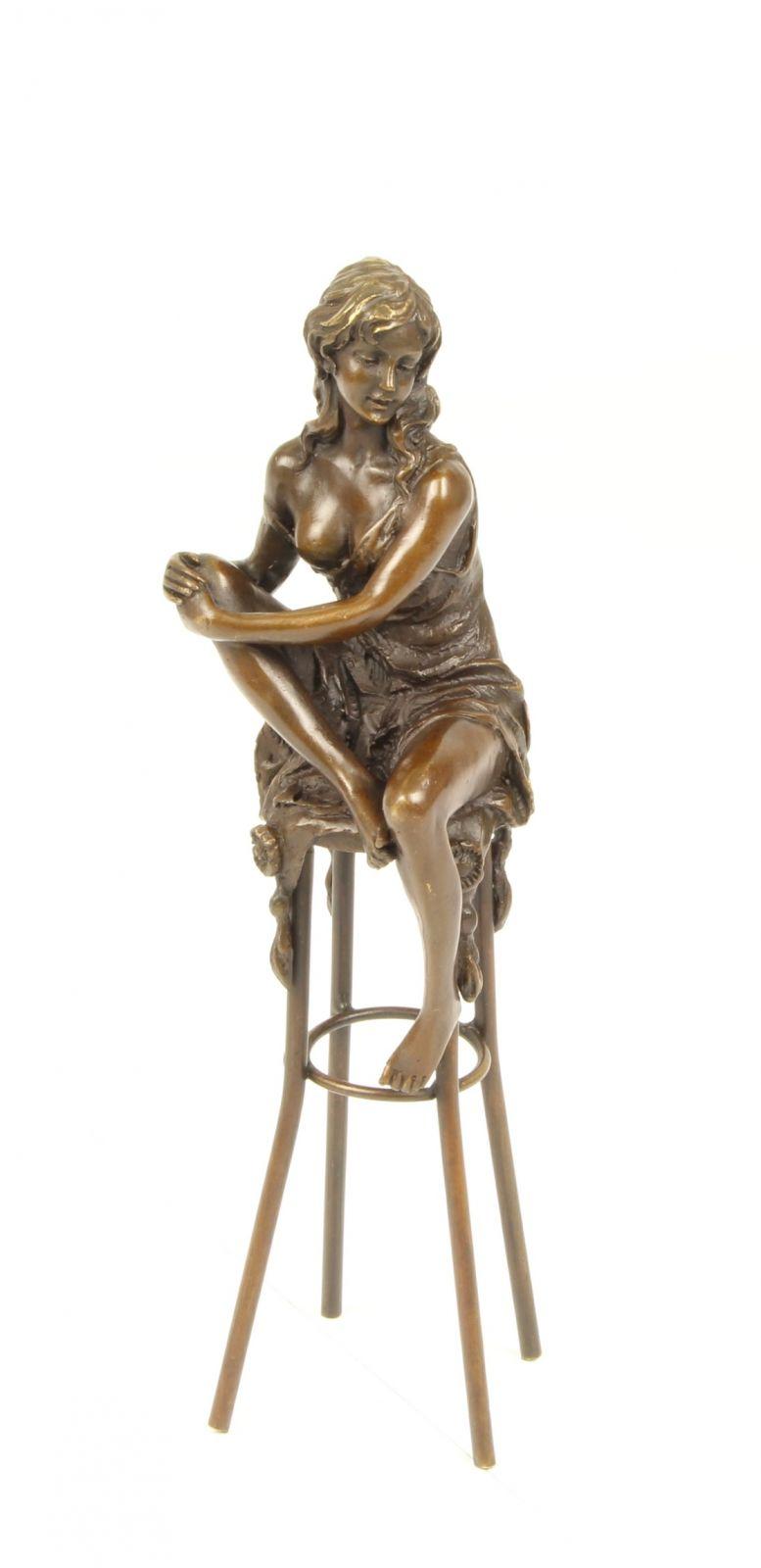 Bronzová nahá žena na barové židle