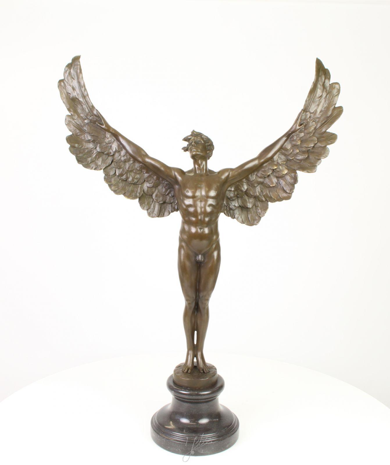 Bronzová socha anděla