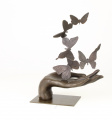 Soška bronzová socha motýlky sedící na dlani