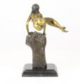Bronzová socha nahé ženy na pěstí