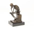 Bronzová socha zamýšlený kostlivec BrokInCZ