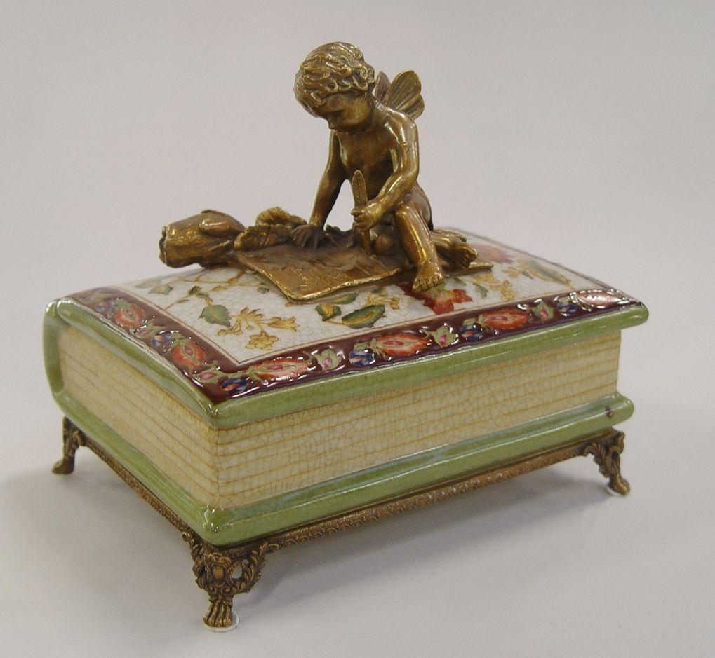 Dóza z porcelánu anděl sedící na knize BrokInCZ
