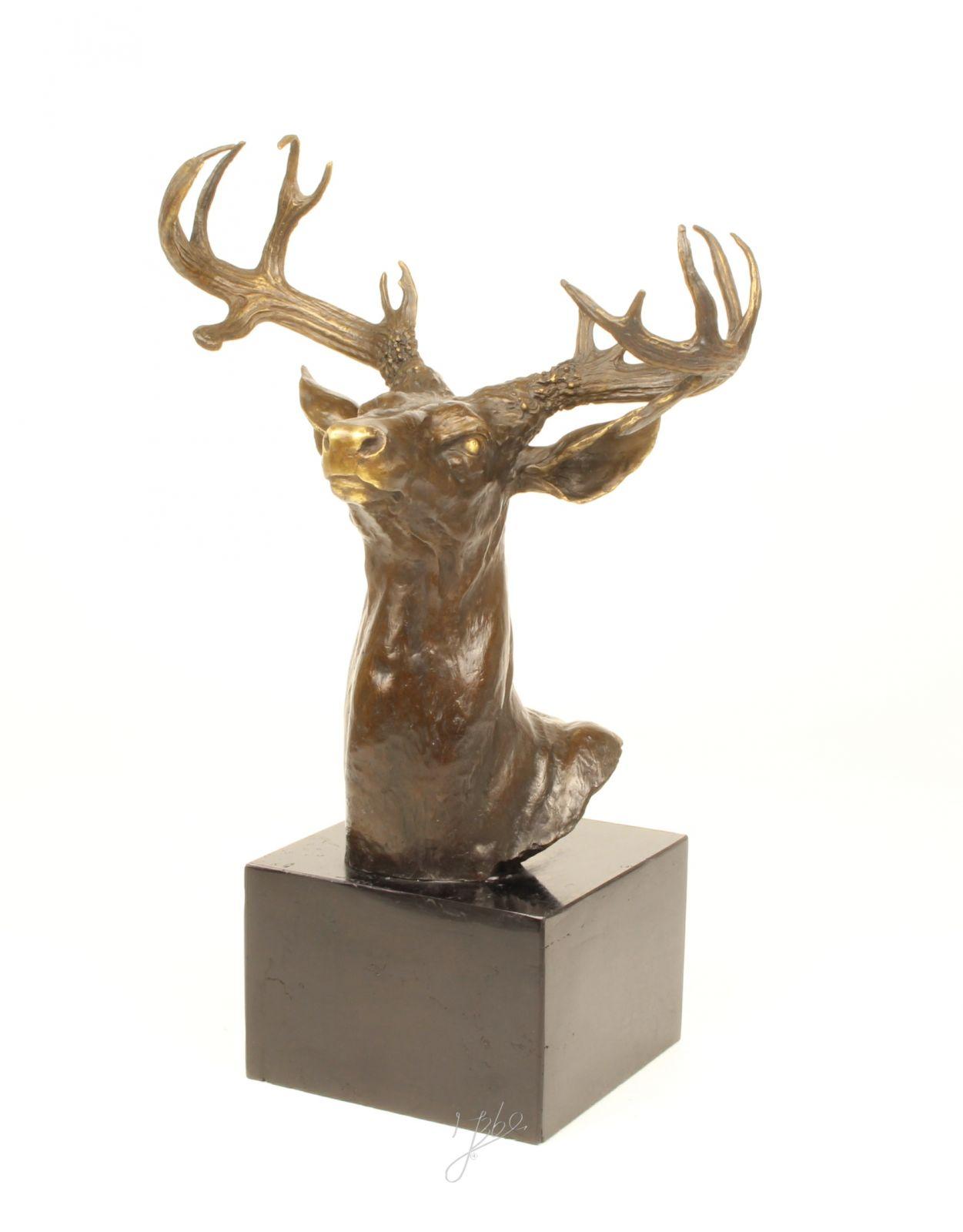 Hlava jelena z bronzu.