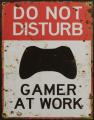 Plechová závěsná cedule - DO NOT DISTURB GAMER AT WORK