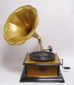 Retro čtyřhranný gramofon s troubou