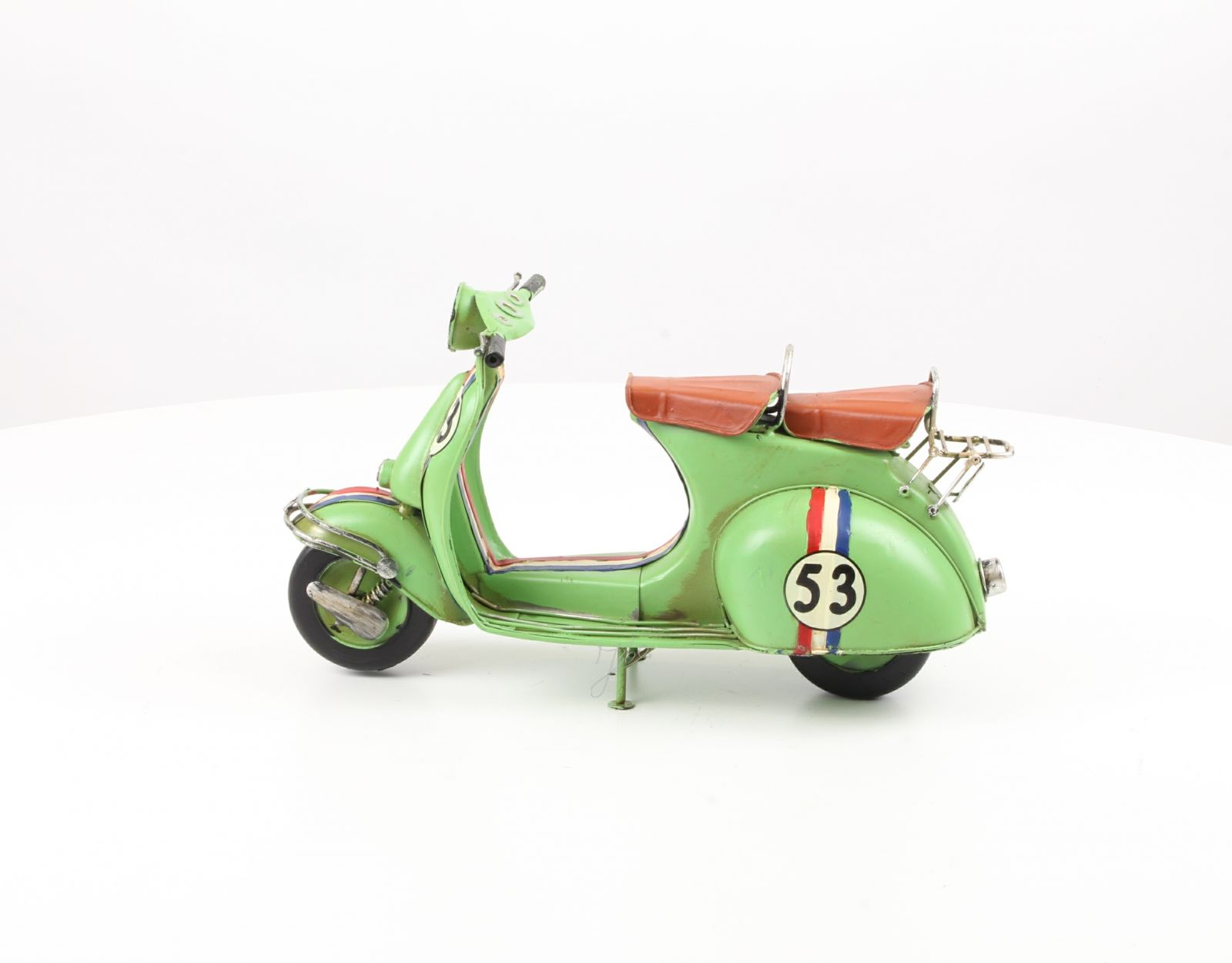 Retro model zeleného skútru z plechu