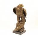 Socha orla z bronzu a mramor BrokInCZ