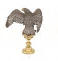 Velká socha orla z bronzu na podstavci