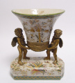 Porcelánová váza s bronzové andílky
