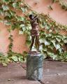 Bronzová socha golfistka BrokInCZ
