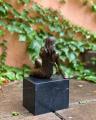 Bronzová socha polonahá sedící dívka BrokInCZ