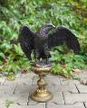 Velká socha soška orla z bronzu na podstavci
