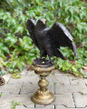 Velká socha orla z bronzu na podstavci BrokInCZ