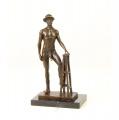 Erotická bronzová socha - Nahý muž s kloboukem