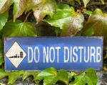 Plechová závěsná cedule - DO NOT DISTURB