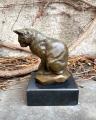 Socha kočky z bronzu