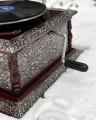 Čtvercový retro stříbrný gramofon s troubou replika