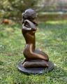 Erotická bronzová figurka nahé ženy s náhrdelníkem