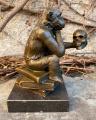Socha soška opice z bronzu