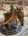 Erotická bronzová soška nahé sexy ženy na křesle