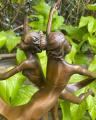 Bronzová soška Dvojčata sestry