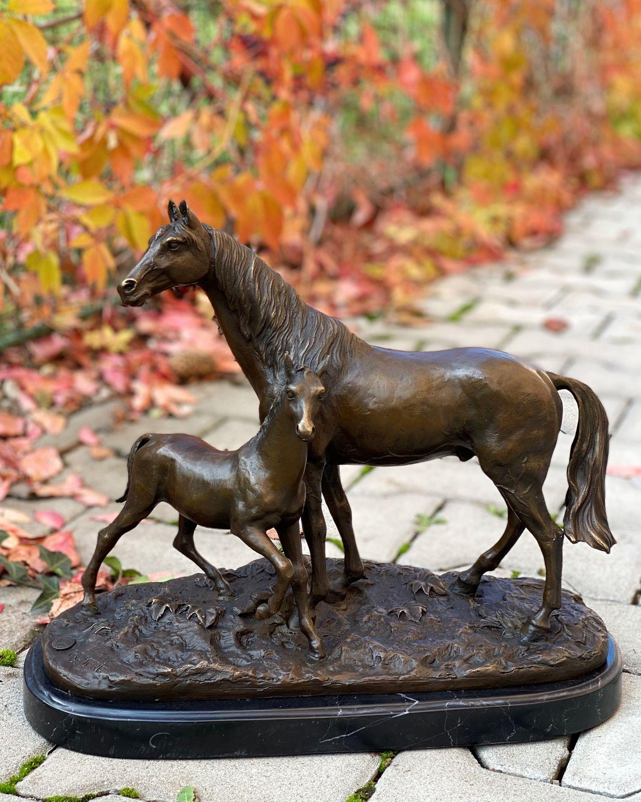 Bronzový soška koně