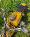 Plechový model žlutého motocyklu