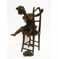Socha holčičky v šatech a kočka z bronzu