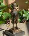 Bronzová socha soška chlapce, který kouří cigarety 2