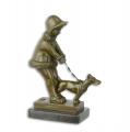 Bronzová socha dívky venčení psa